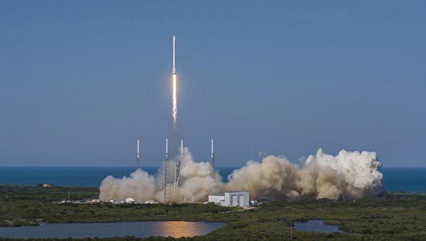 SpaceX впервый раз удачно посадила ракету Falcon 9 набаржу вокеане