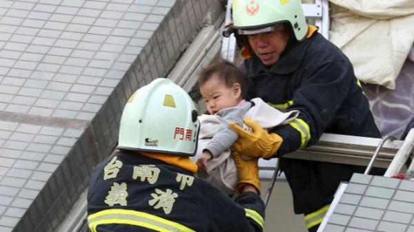 Из-под руин дома на Тайване спасли грудного младенца