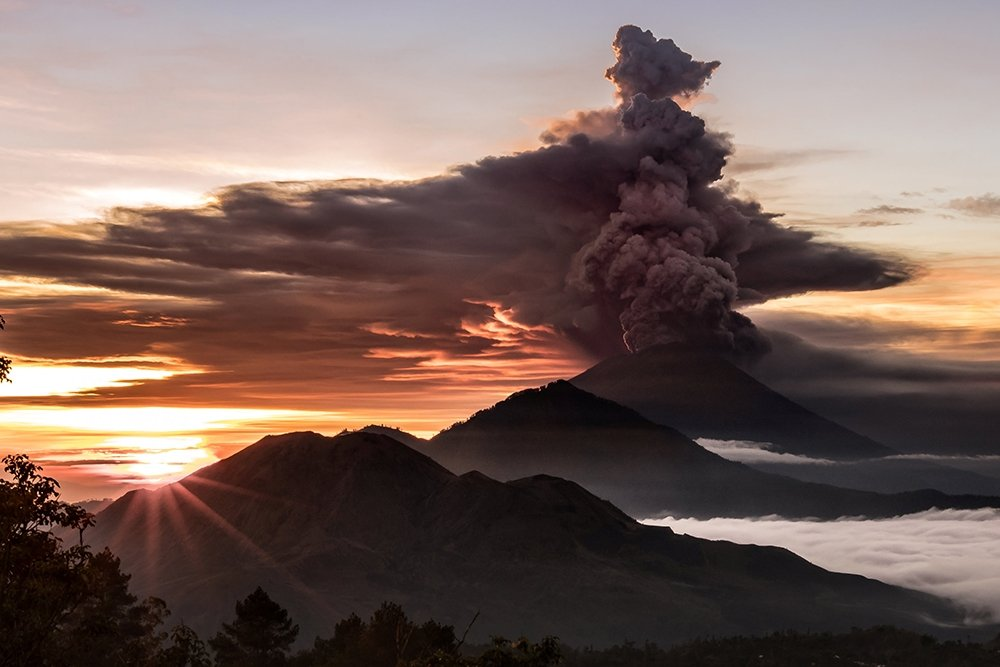 Балийский вулкан Агунг выбросил столб пепла на высоту 2 км