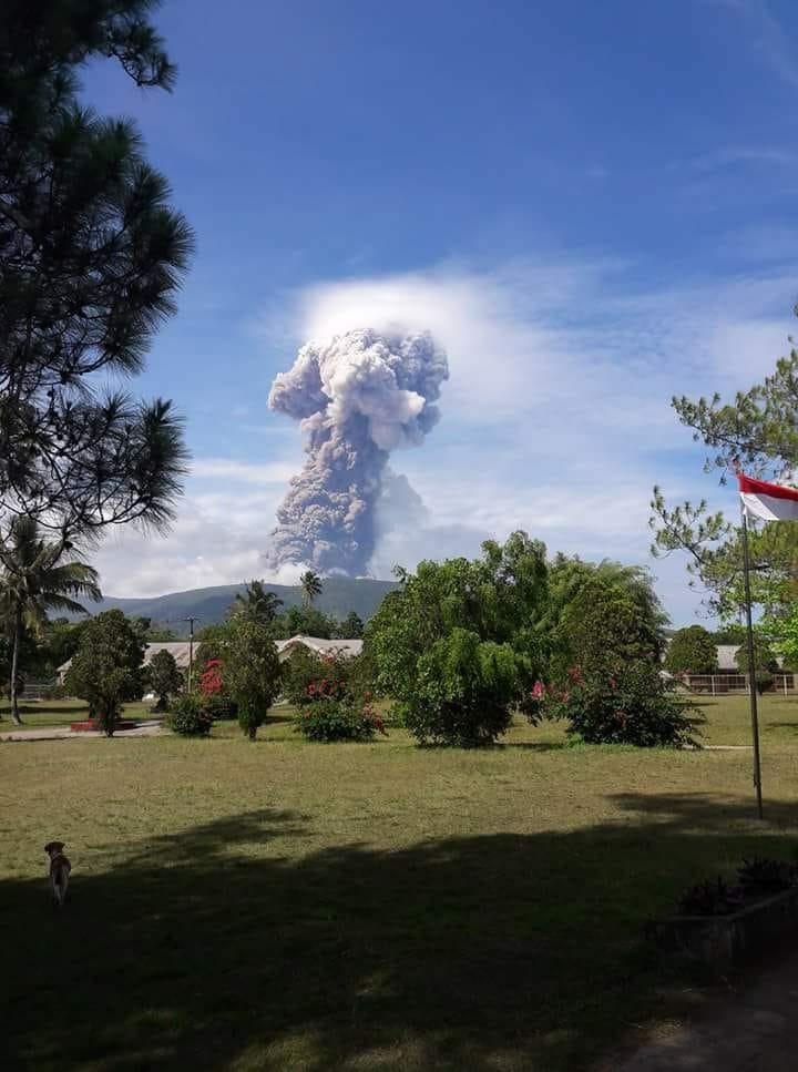 На острове Сулавеси началось извержение вулкана Сопутан