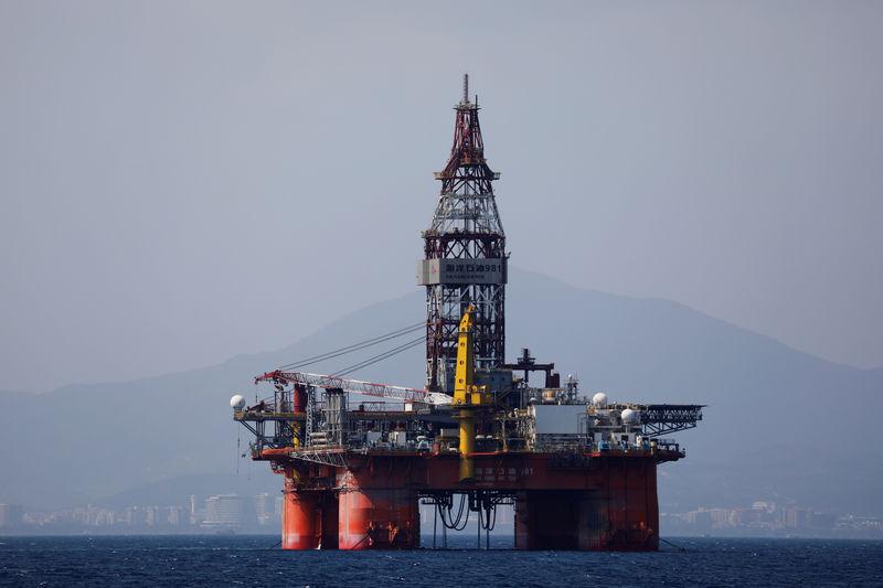 Цены на нефть упали, но незначительно